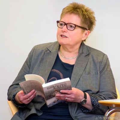 Die russlanddeutsche Autorin Rosa Ananitschev bei einer Lesung